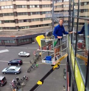 Glasbewassing met hoogwerker